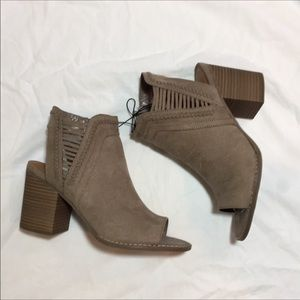 Universal thread ankle bootie